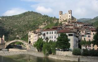 1440px-dolceacqua38_-_panorama_del_paese_vecchio